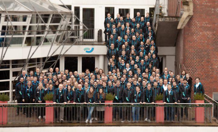 Teamfoto von ca. 200 ISR Mitarbeitern