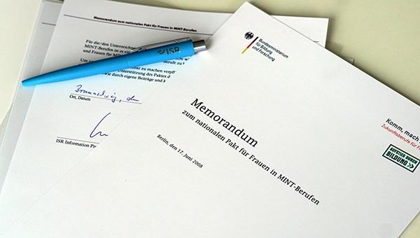 Unterzeichnetes MINT-Memorandum für mehr Frauen in MINT-Berufen